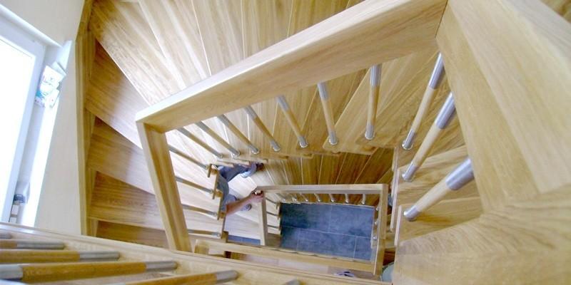 Zalety schodów drewnianych z balustradami