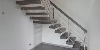 Schody drewniane z metalową balustradą